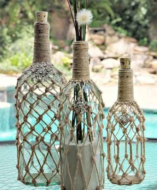 garrafa de vidro com detalhe em barbante