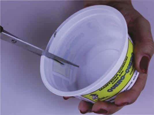 Primeiramente você deve cortar até mais ou menos metade do pote com a ajuda  de uma tesoura b4082150414