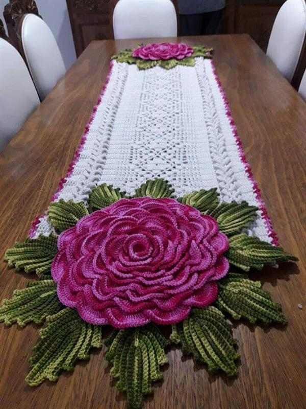 caminho de croche com rosa