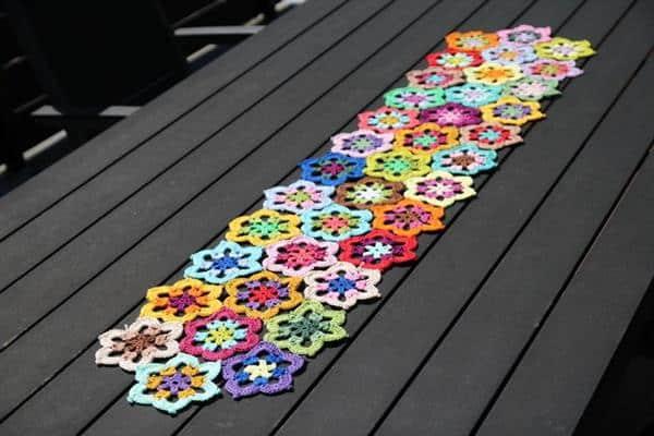 caminho de croche feito com linha colorida