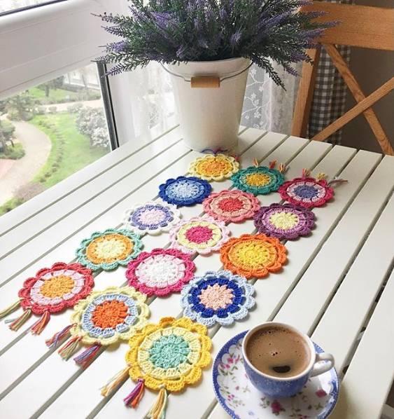 caminho em croche colorido