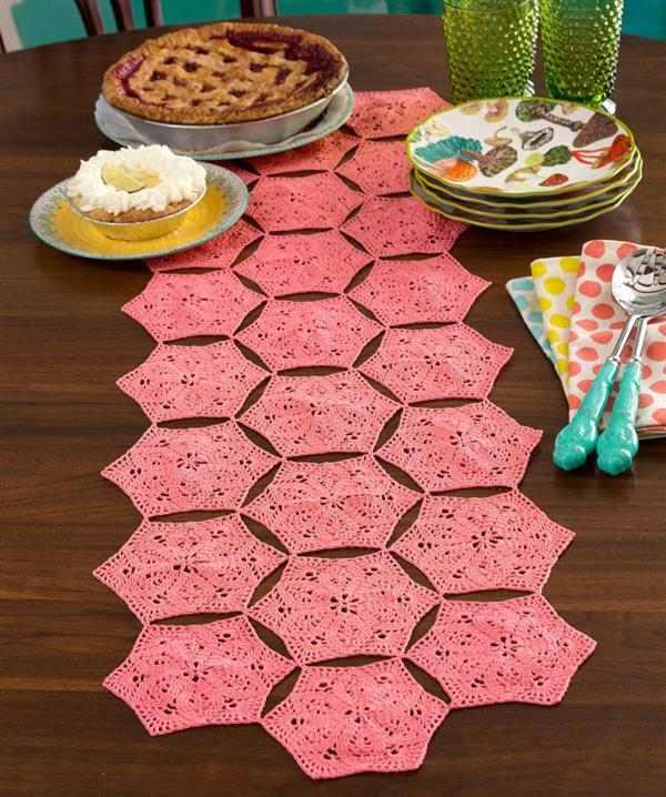 caminho-de-mesa-de-croche-rosa