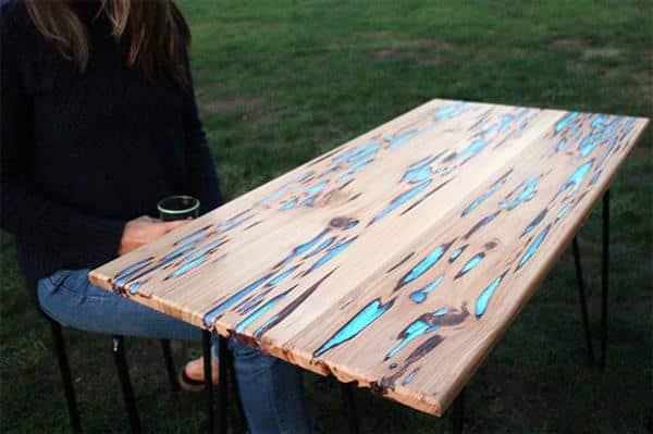 mesa com detalhes de resina