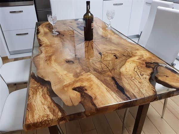 mesa com resina na cozinha