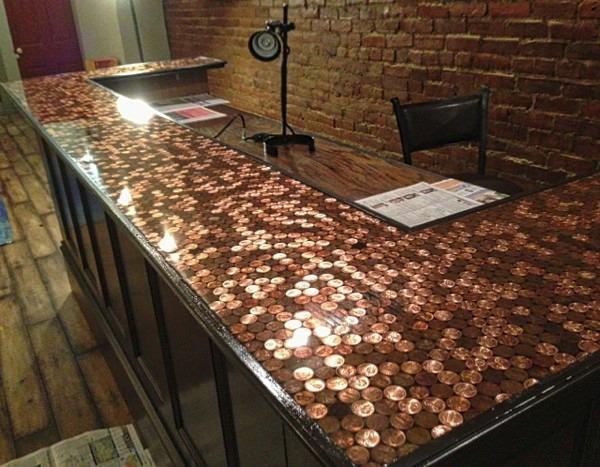 mesa de resina com moedas