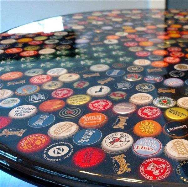 mesa de resina com tampinhas