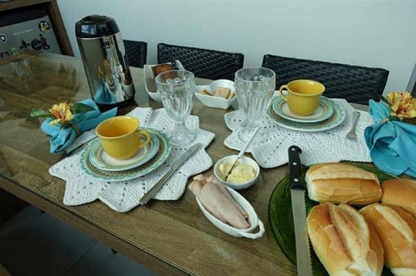 mesa-posta-para-cafe-da-tarde-ou-cafe-da-manha