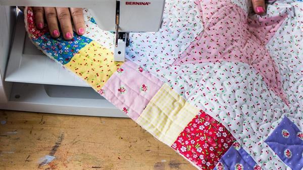 costurando colcha de retalho
