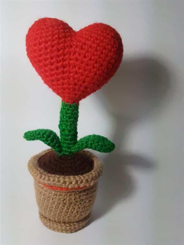vaso-com-flor-de-coracao-croche-dia-das-maes
