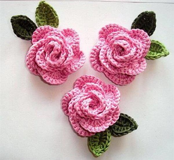 flores-rosa-com-folhas-de-crochê