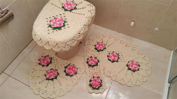 jogo-de-banheiro-em-croche-flor-camelia-4-pecas-rosa