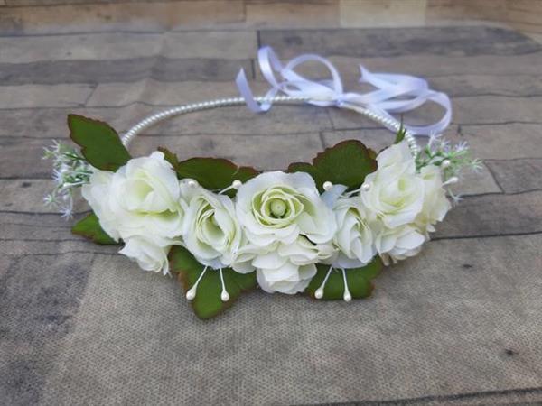 tiara com flores brancas