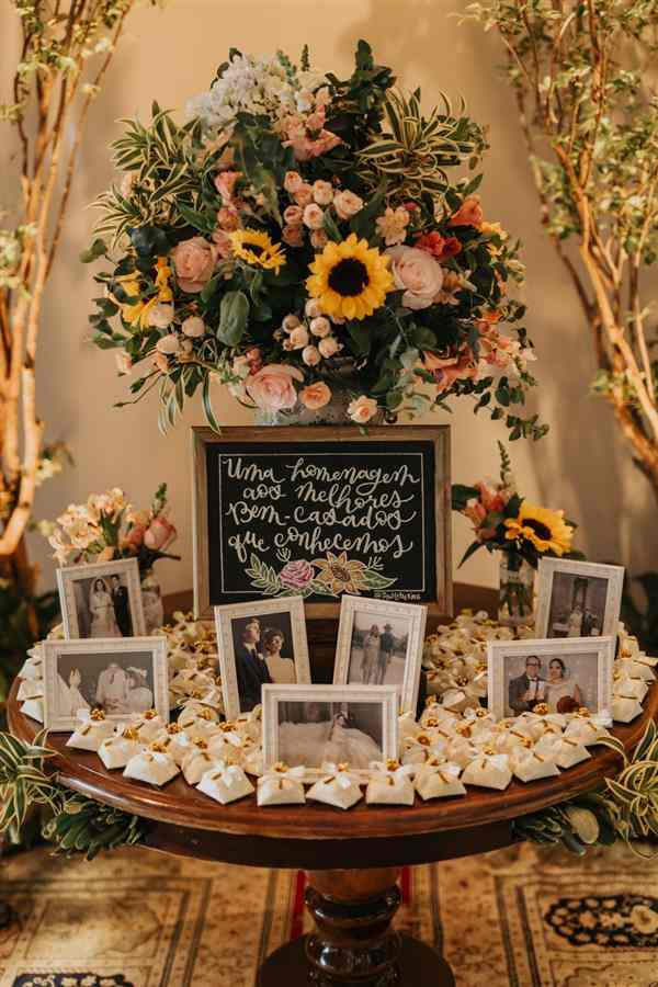 mesa decorada com girassol
