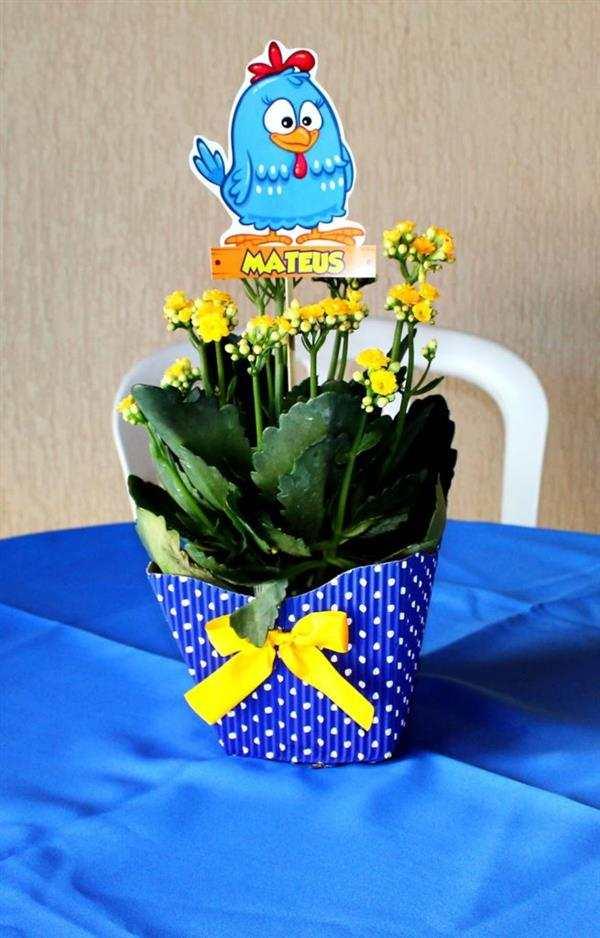centro de mesa com flores galinha pintadinha