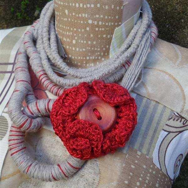 cordão com flor enrolada de croche