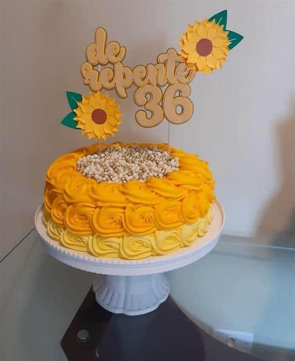 bolo amarelo com girassol