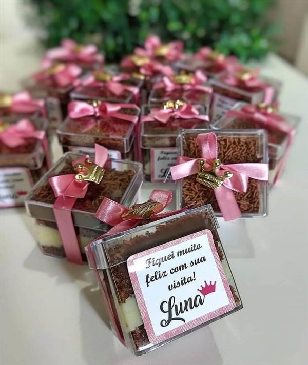 Mini-bolo-de-pote-com-adesivo-personalizado-como-lembrancinha-de-maternidade.-Fonte-Um-Dia-de-Festa