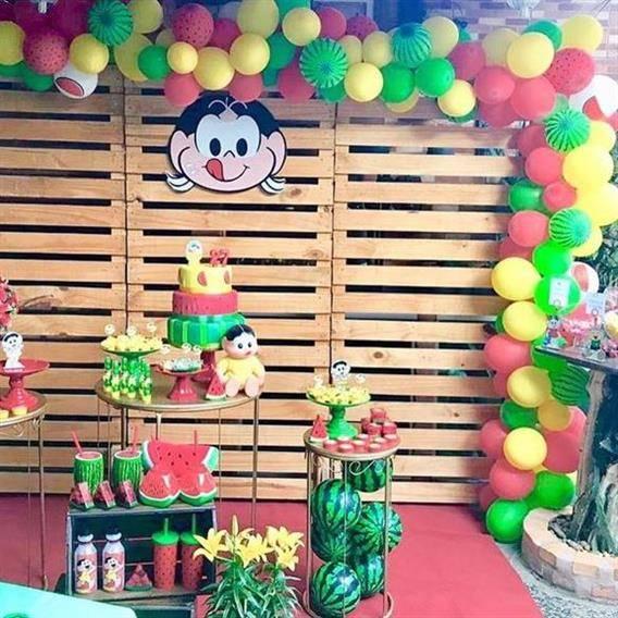 festa de magali com pallet e balões