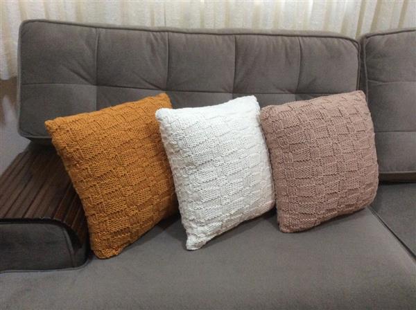 almofadas de tricô para quarto