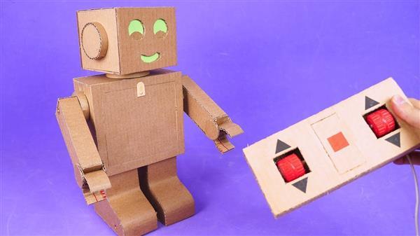 robô de papelão