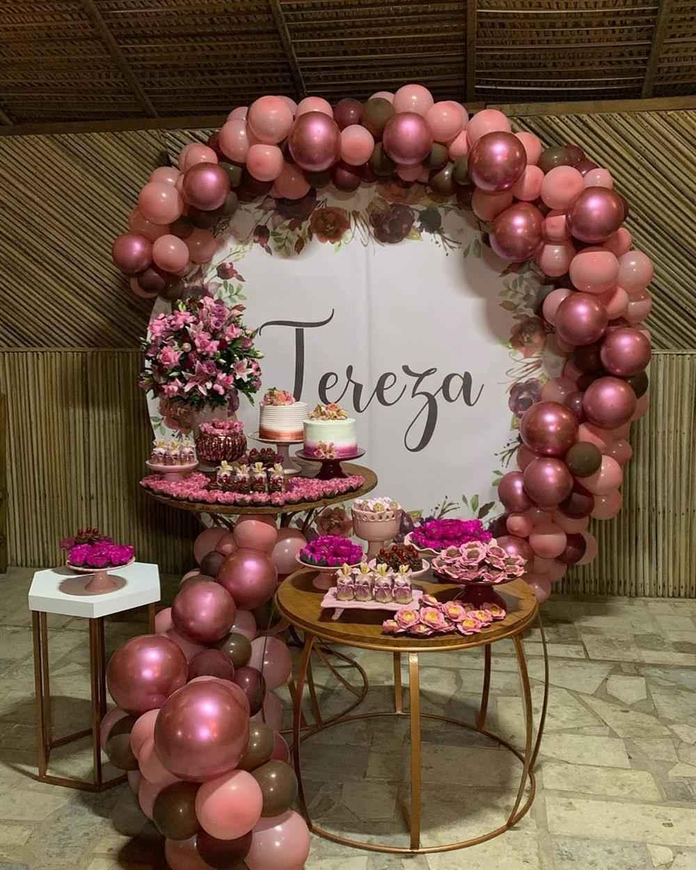 decoração com flores e balões metalizados