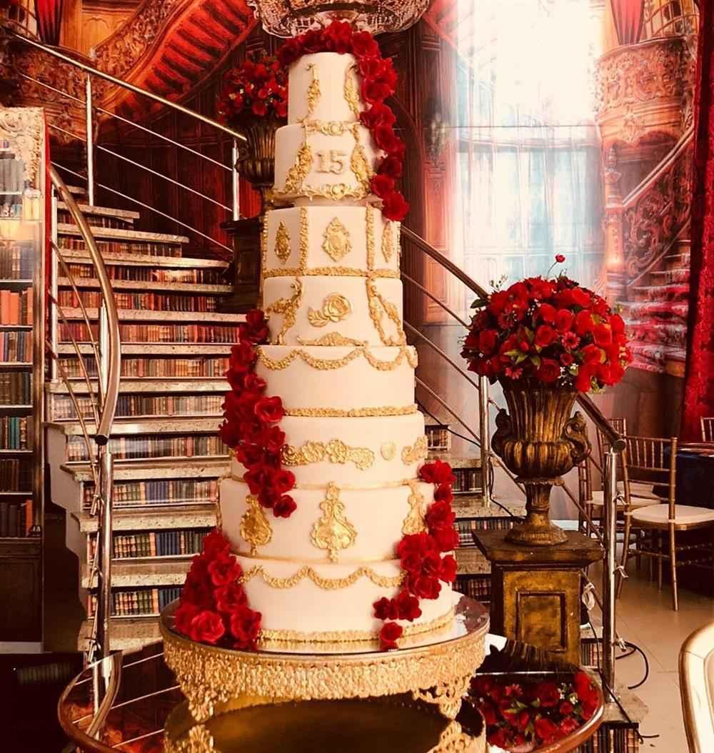 bolo com rosas vermelhas