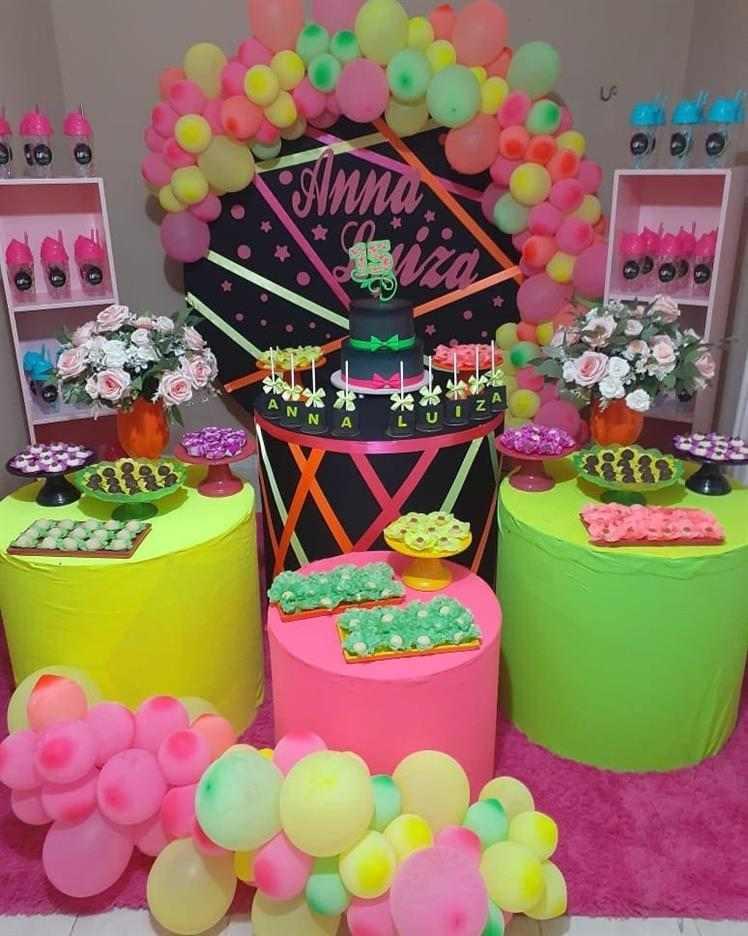 festa neon decorada com cilindro