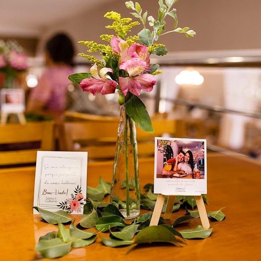 centro de mesa com flores e foto