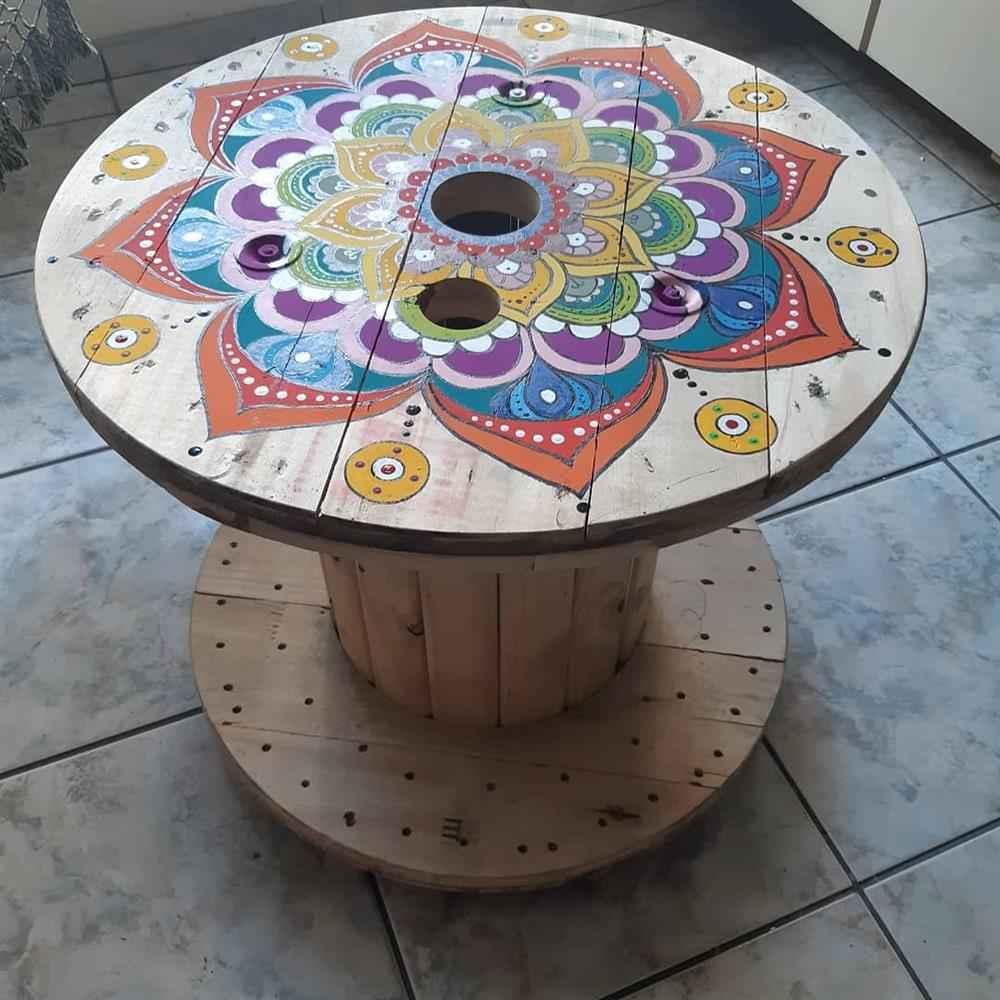 carretel decorado com mosaico colorido