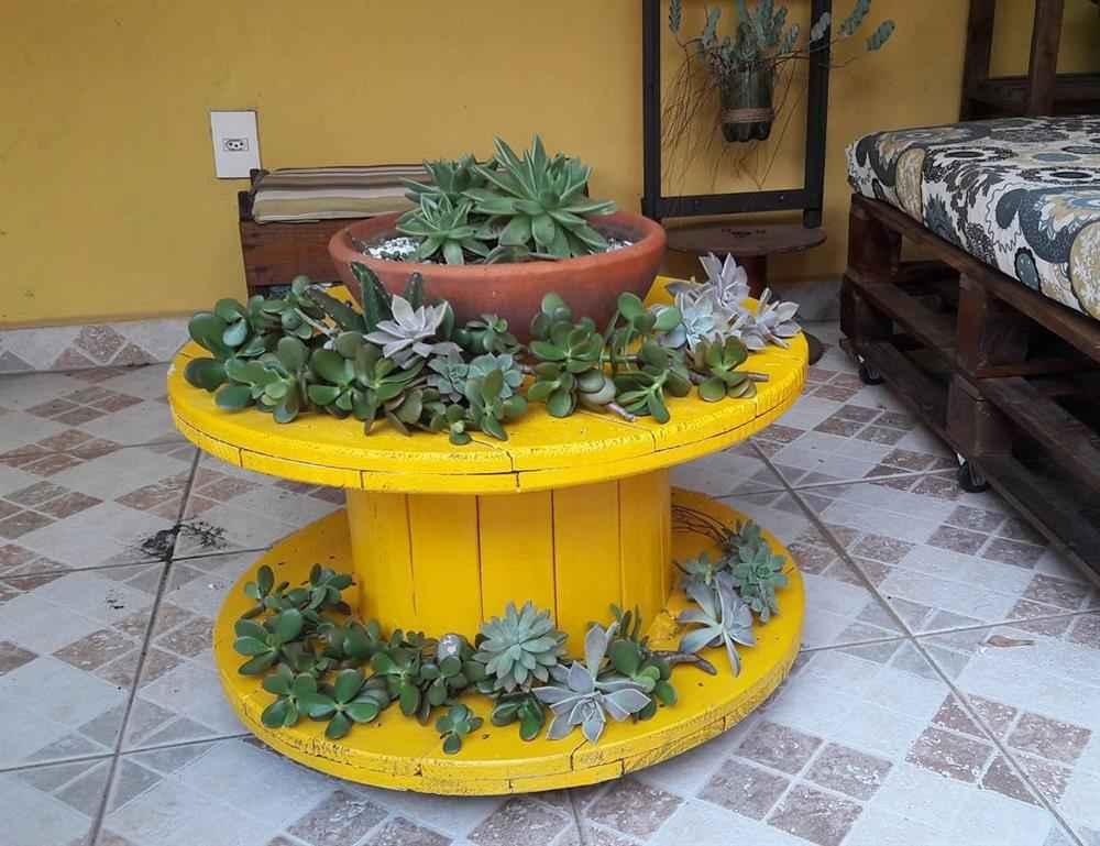 carretel com pintura para colocar plantas