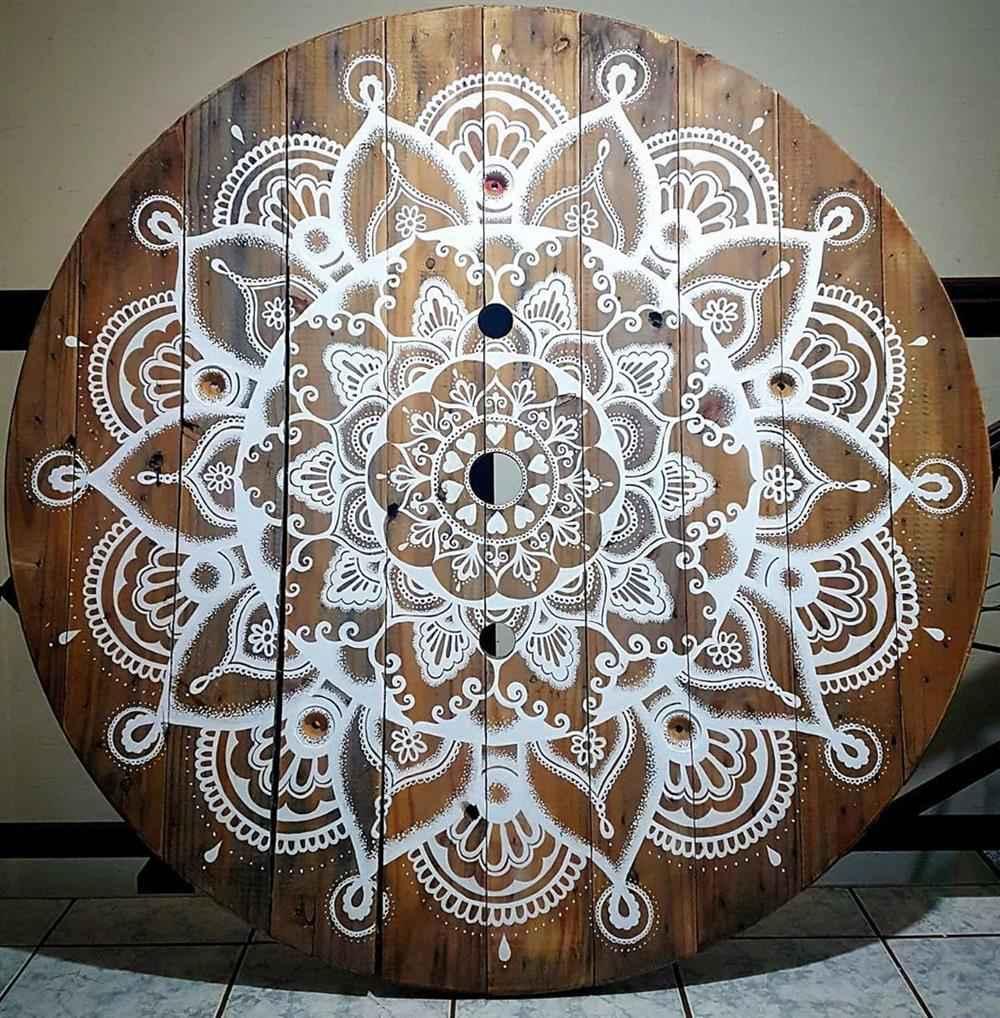 mesinha decorada com mosaico
