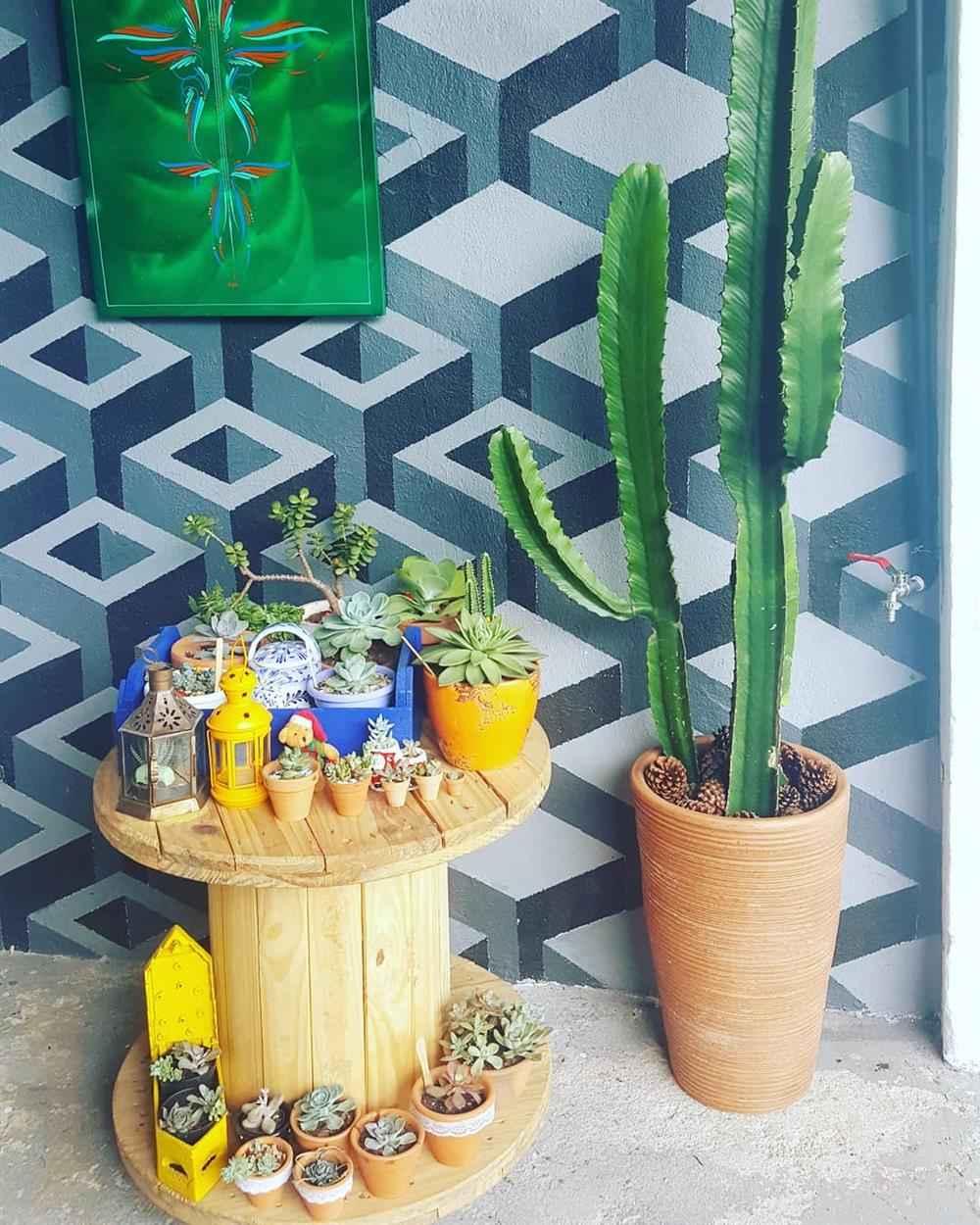 carretel com plantas na decoração externa