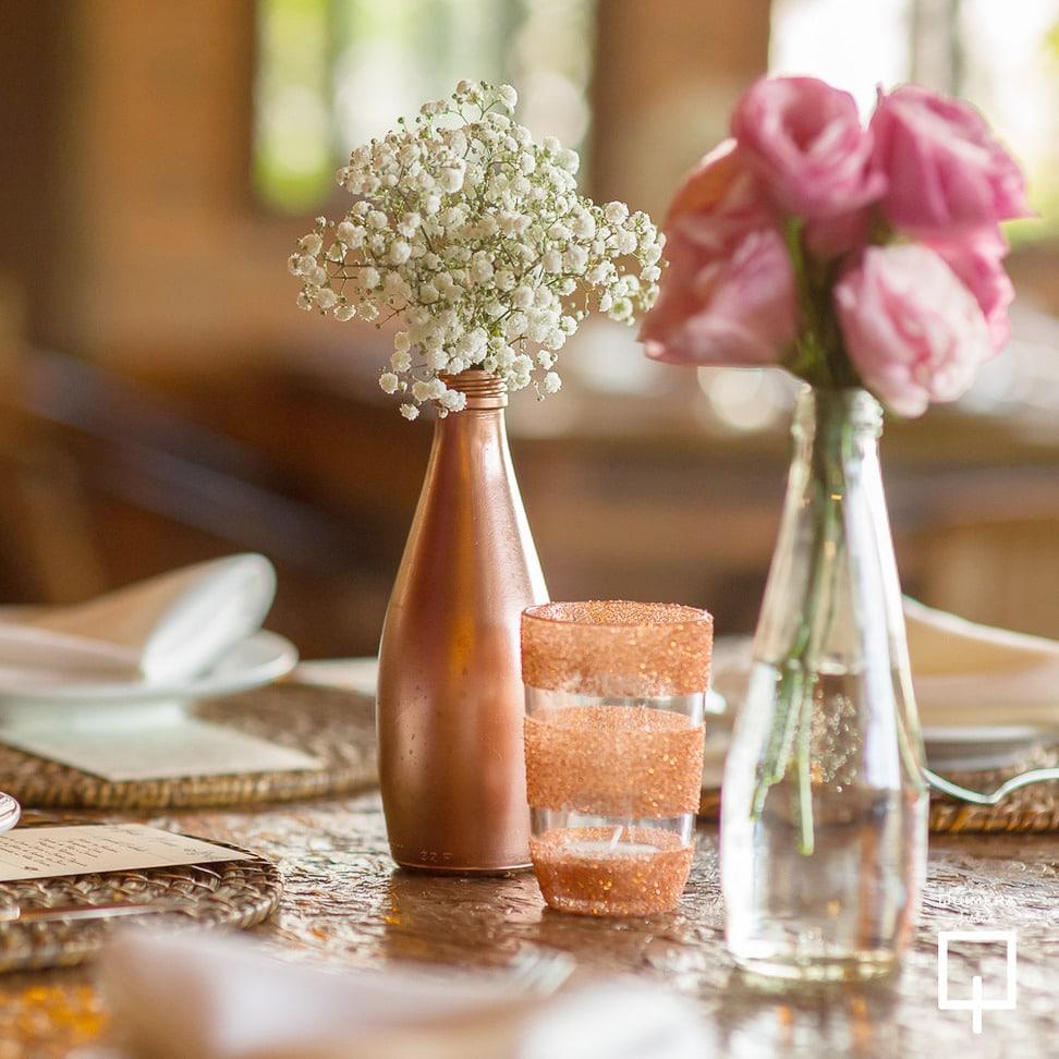 centro de mesa com garrafa decorada