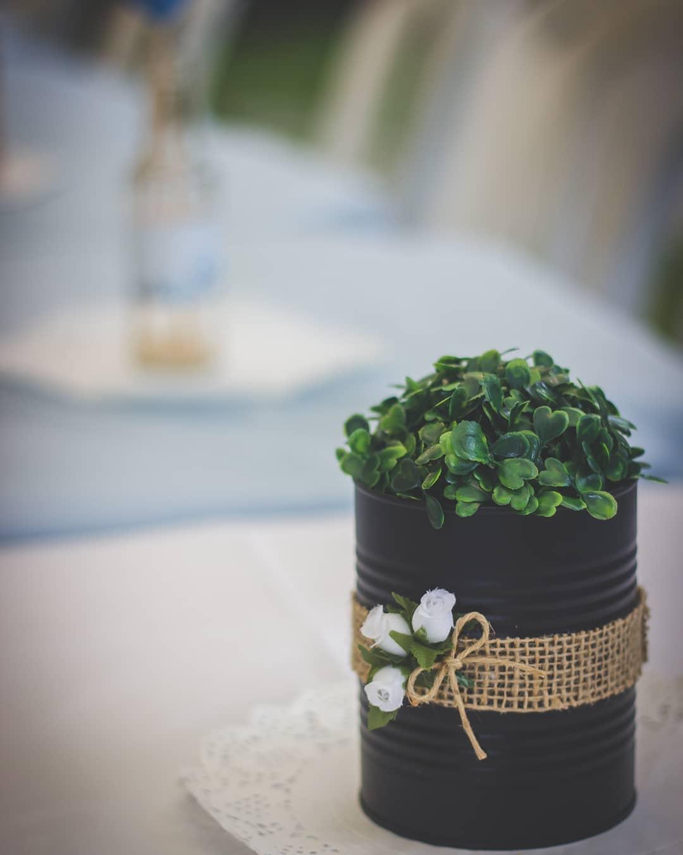 centro de mesa com lata para casamento