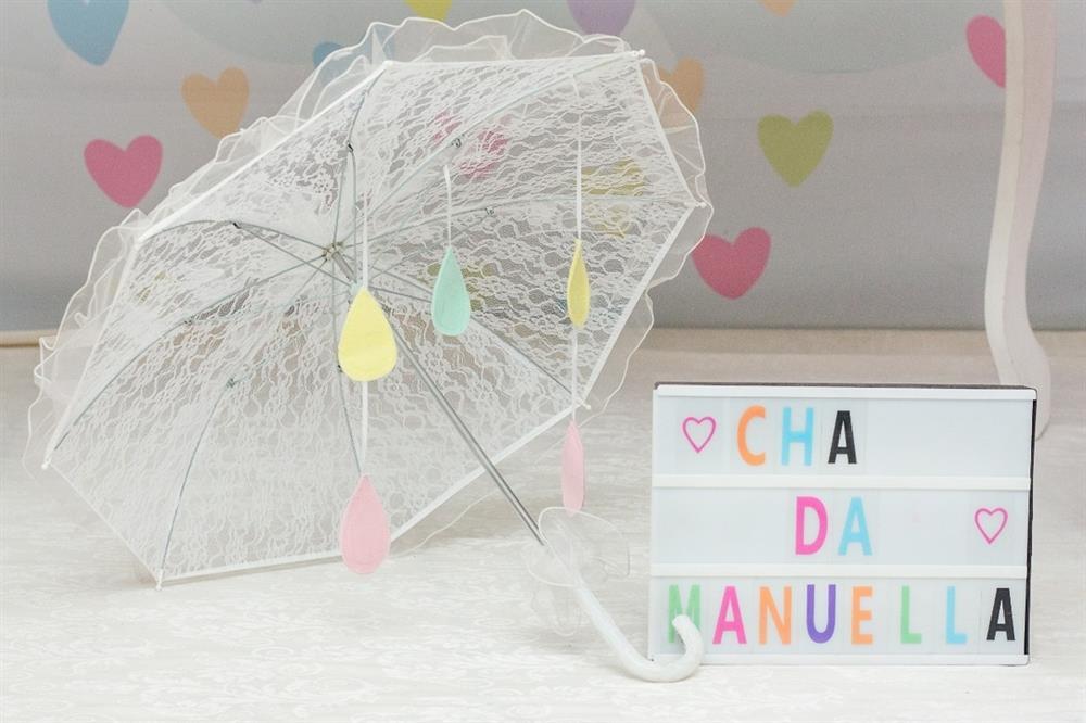 decoração com guarda chuva de amor