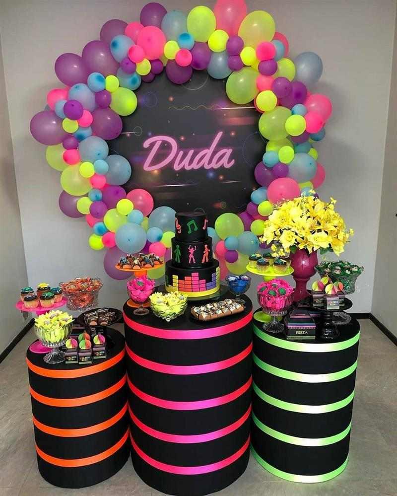 festa com painel e balões neon