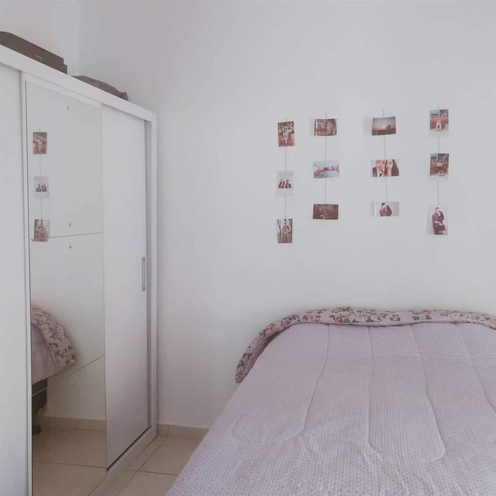 Mural de fotos em cima da cama