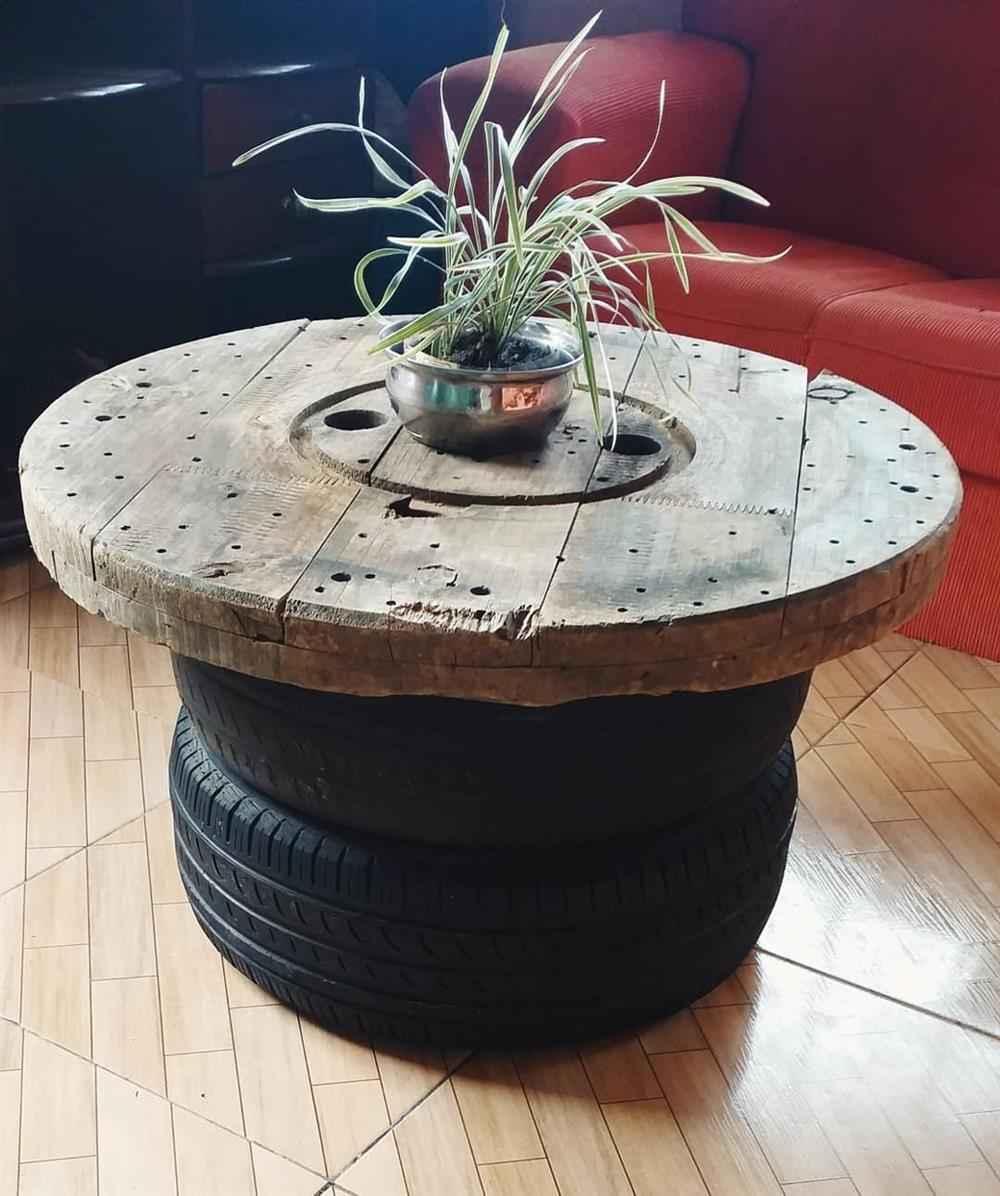 mesa de carretel com madeira