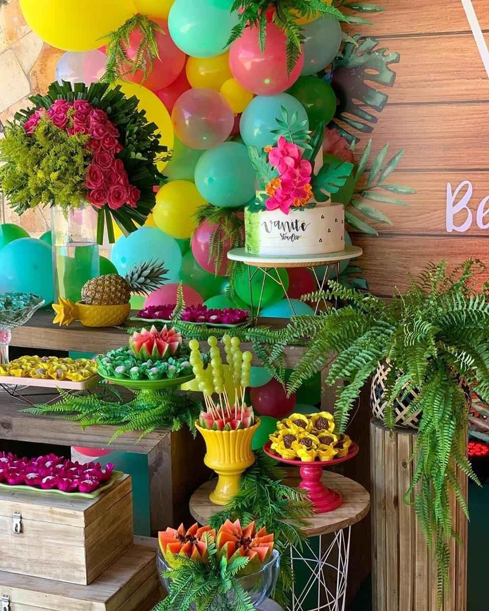 decoração com plantas festa tropical