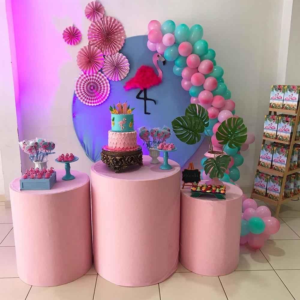 decoração com rosetas e cilindro tropical