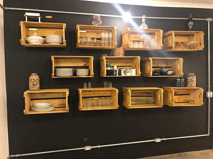 caixotes na decoração da parede
