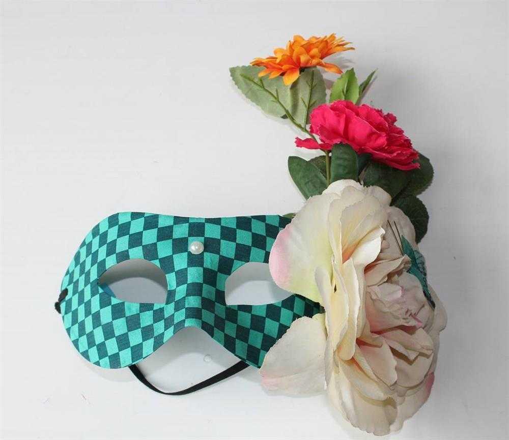 mascara com flores e xadrez