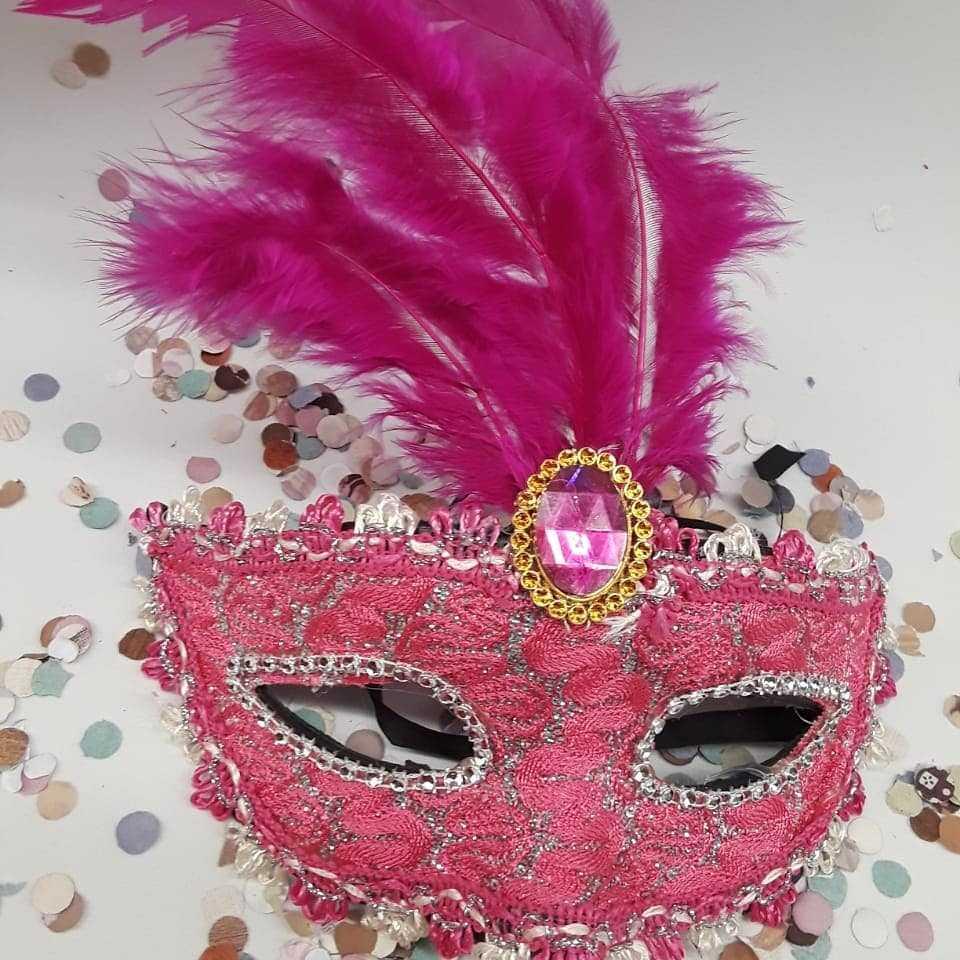 mascara rosa com pedra e pena