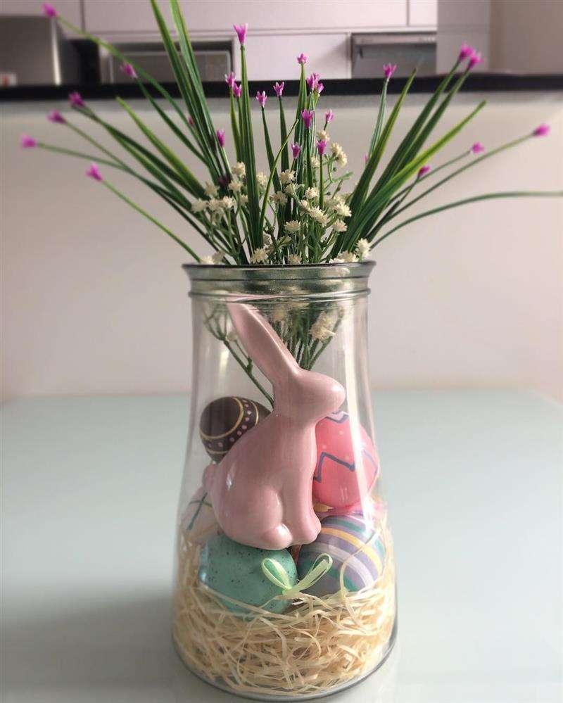 vidros decorados com itens de Páscoa