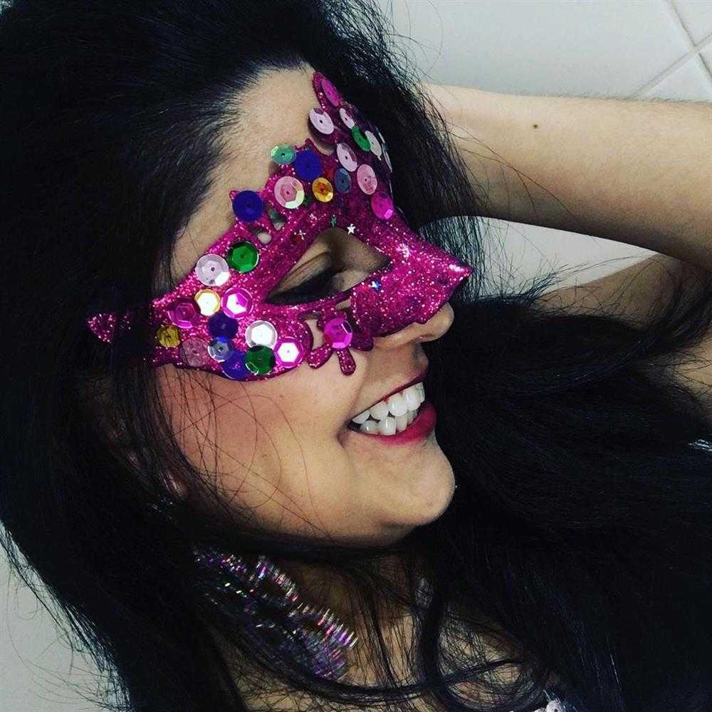 mascara rosa com poedrinhas coloridas