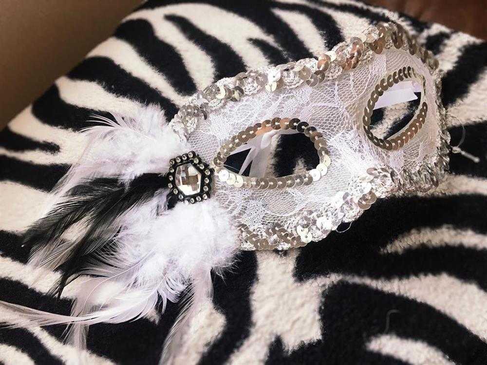 mascara luxuosa branco com pedra