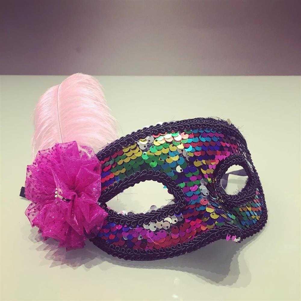 mascara decorada com flor