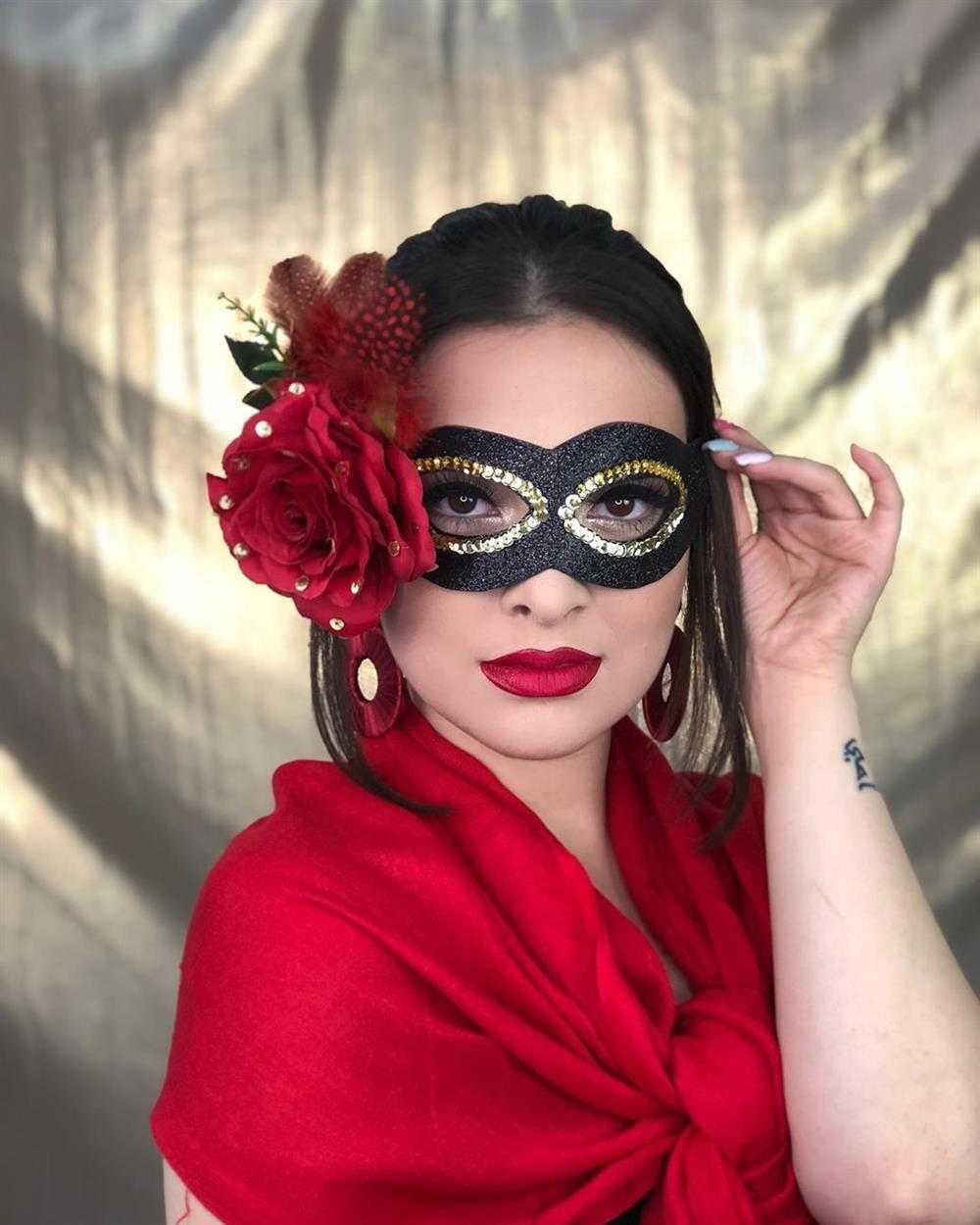 mascara vermelha decorada com flor