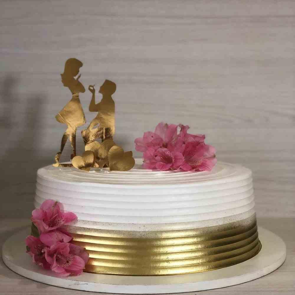 bolo de noivado com topper de casal