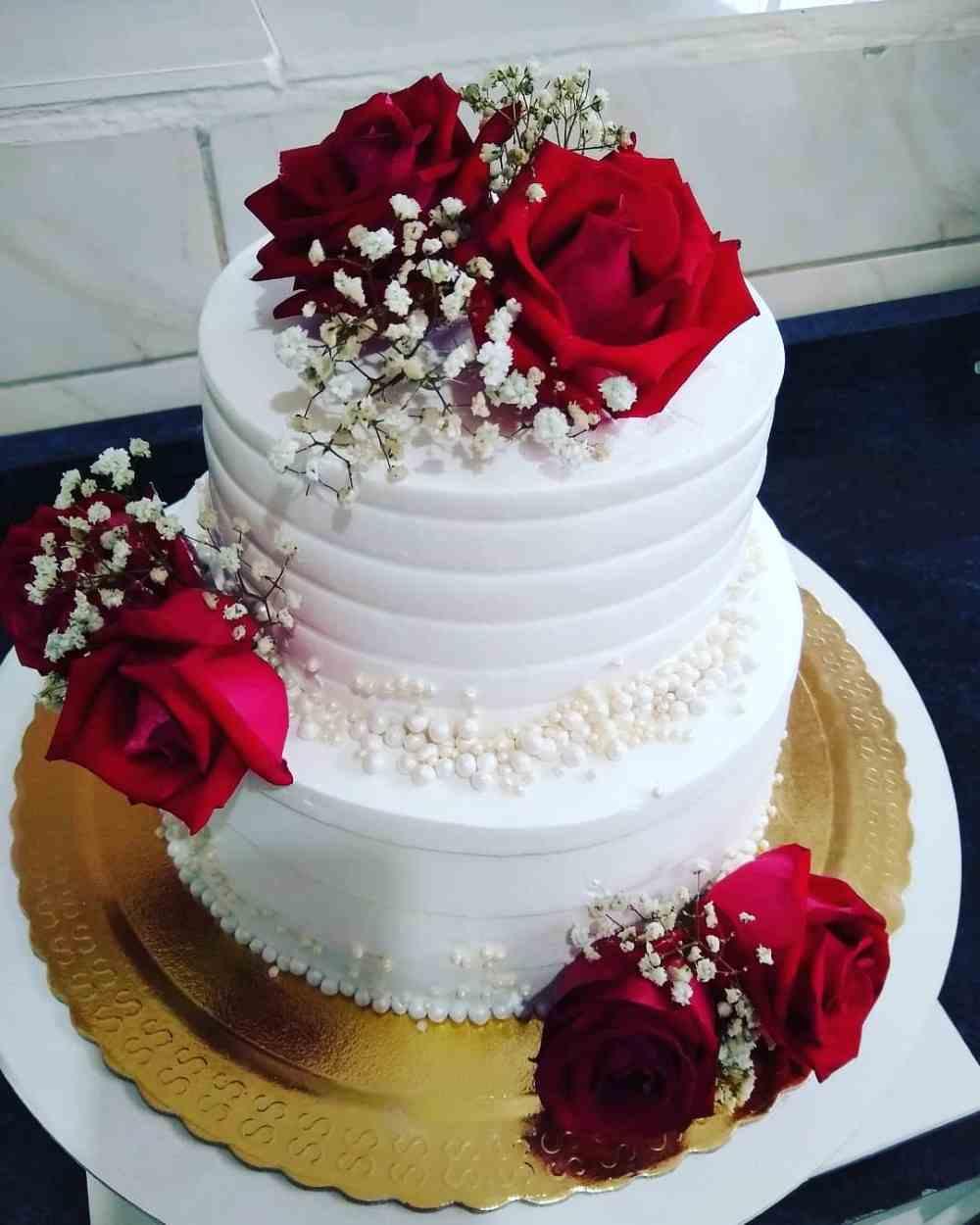 bolo de noivado com rosas vermelhas